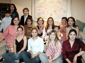 Isis Cervantes de Díaz acompañada por un grupo de amigas y familiares el día de su fiesta de canastilla.