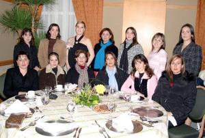 <b>08 de febrero de 2005</b> <p> Mary Tere Hinojosa de Téllez, acompañada de sus amistades durante la fiesta de canastilla que le ofrecieron.