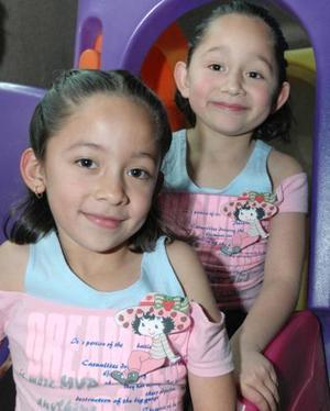 Denisse y Arely González en reciente convivio infantil.