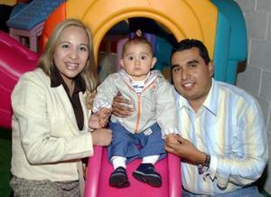 <b>08 de febrero de 2005</b> <p> Omar Flores Saldaña y Beatriz Riva de Neira de Flores festejaron a su hijito Omar Flores Riva de Neira, por su primer cumpleaños