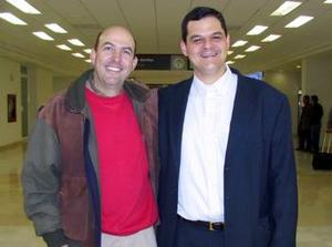 Eduardo Murra viajó a México  y fue despedido por un amigo.