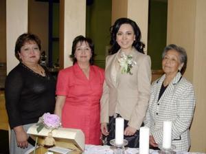 Aída Janeth Talamantes Bernal acompañada por las anfitrionas de su despedida de soltera.