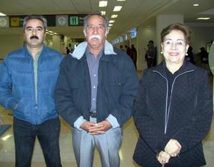 <b>09 de febrero de 2005</b> <p> Los señores Ballardo Guerrero y Luz María Tapia viajaron a Las Vegas y fueron despedidos por Ballardo Junior.