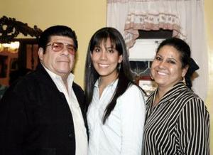 Carmen Fuentes Luévano acompañada por sus papás el día que festejó su cumpleaños