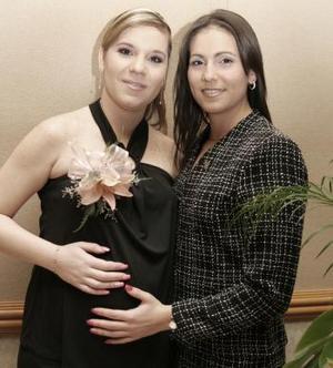 Mary Tere Hinojosa de Téllez en su fiesta de canastilla, acompañada por su hermana Cecy Hinojosa.