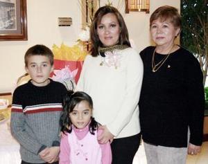 <b>10 de febrero de 2005</b> <p>  María Mayela Macías de García espera el nacimiento de su tercer bebé, motivo por el cual su mamá , María Navarro Curiel, le ofreció una fiesta de regalos.