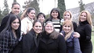 Alhelí Carrillo Cháirez acompañada por un grupo de amigas, en su despedida de soltera.
