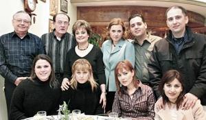 Malena Zúñiga Mijares y Alberto Nájera Tejeda acompañados por amigos y familiares.