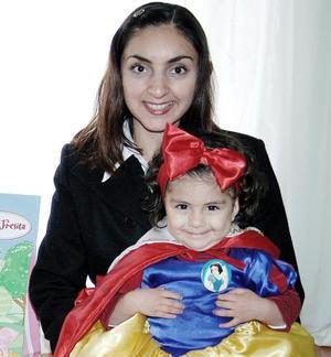 Paulina Gamboa Mercando junto a su mamá Lourdes Mercado, el día que la festejó por sus dos años de vida.