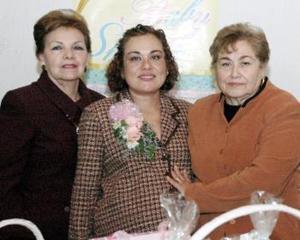Angélica Miranda de Treviño disfrutó de una fiesta de canastilla que le organizaron su mamá Amparo R. de Miranda y su suegra, Carmelita Navarro de Treviño.