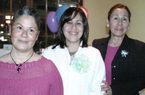 Enna Alegría Galindo de Lomelí, acompañada por las organizadoras de su fiesta de canastilla.