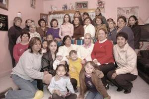 Karla Ávalos López acompañada por un grupo de amistades y familiares.