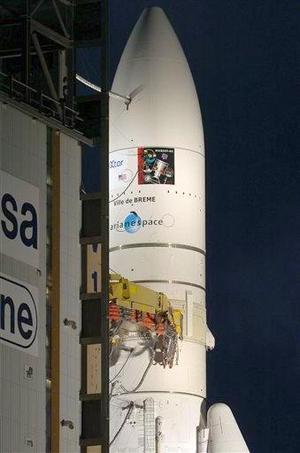 Un cohete lanzado el 11 de diciembre de 2002 perdió el control y fue destruido tres minutos después de su despegue. Dos satélites de telecomunicaciones se perdieron en ese viaje inaugural.  <p> El Ariane-5, cuyo diseño ha sido mejorado, despegó de su base en Kourou, Guayana Francesa. El despegue fue demorado levemente debido a una interrupción en la cuenta regresiva. <p> Los cohetes Ariane entraron en servicio en diciembre de 1979.