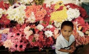 Un niño nusca un regalo en un mercado de Managua.