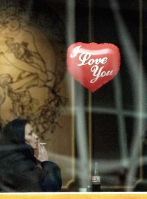Los restos mortales de San Valentín se conservan actualmente en la Basílica de su mismo nombre que está situada en la ciudad italiana de Terni. Cada 14 de febrero se celebra en dicho templo, una acto de compromiso por parte de diferentes parejas que quieren unirse en matrimonio al año siguiente.    <p> Una chica solitaria fuma un cigarrillo cerca de un globo con forma de corazón en la capital de Bulgaria, Sofía.