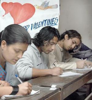 Aquí estudiantes participan en una competencia de redacción de cartas de amor en el Tri Chandra College de Kathmandu, Nepal, para celebrar.