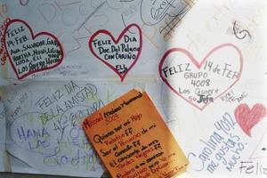 Los estudiantes de más edad celebran bailes y fiestas de San Valentín. Preparan canastas de dulces, regalos y tarjetitas de mesa decoradas con corazones y cupidos. Mucha gente envía flores, dulces, u otros regalos a sus esposas, esposos o enamorados. Muchas cajas de chocolate tienen forma de corazón y una cinta roja.  <p> En las universidades, tal es el caso de la UNAM, los estudiantes colocan sus recados de amor y amistad en pizarrones donde toda la comunidad estudiantil puede leerlos.