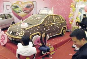 En Japón y China es muy peculiar la celebración, la gente se disfraza y en tiendas hacen réplicas de objetos enormes a base de chocolate, esto como parte de la mercadotecnia del Día de San Valentín.
