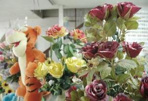 Dentro del mercado regional existe una diversidad de opciones para regalar a la pareja o a los amigos de la escuela u oficina, como son los globos metálicos con helio, arreglos de chocolates o de flores, joyería de oro, anillos de compromiso o ir a cenar y bailar en un buen restaurante.