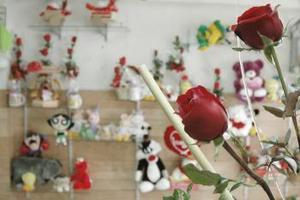 La celebración del Día del Amor y de la Amistad es ya una costumbre adoptada por el público consumidor año con año. Sin embargo, querer mostrar con caros obsequios lo que se siente por el amigo o la pareja puede detonar una quiebra económica en el bolsillo de las personas. Los gastos en la compra de detalles pueden alcanzar desde 123 hasta mil 978 pesos.