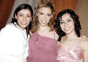La novia Claudia Rodríguez Venegas junto a sus hermanas Pamela y Mariana .
