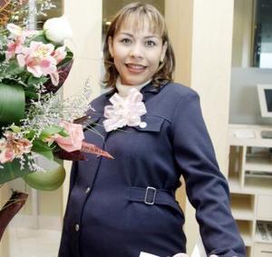 <b>12 de febrero de 2005</b> <p> María del Socorro Hernández Manzano captada en la fiesta de regalos que le organizaron Gabriela Voo, Rocío Cabranes y Alejandra Mena.