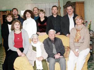 Sr. Adolfo López acompañado por sus hijas en el convivio que le ofrecieron con motivo de su cumpleaños.