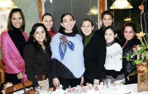 Naime Jaik de Zarzar acompañada por un grupo de amigas en la fiesta de canastilla que le organizaron por la cercana llegada de su bebé .