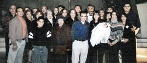 Hannah Sofía Rauda Torres junto a sus padre, Daniel  y Laura y demás familiares en pasado acontecimiento social.