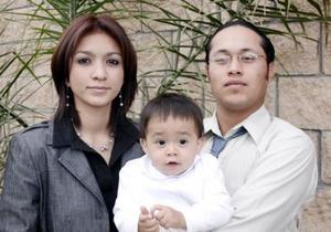 Eduardo Israel Romero Menchaca y Susana Saraí Gutiérrez de Romero con su hijito Renato Israel Romero Gutiérrez.