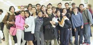 Una delegación de estudiantes viajó a París para celebrar su graduación .