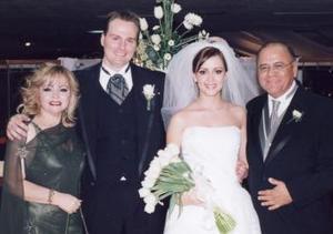 Los nuevos esposos Ryan Lander e Iraida Anaya Trevizo acompañados por los señores René Anaya Mercado y Lupita Trevizo de Anaya.