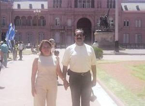 Raúl Muñoz de León y Lupita Segovia de Muñoz de León frente a la Casa Rosada, sede del Poder Ejecutivo en Buenos Aires, Argentina.