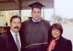 Gilberto Salomón Gómez de Luna, el día de su graduación acompañado por sus papás Mario Gómez Flores y Leticia de Luna de Gómez.