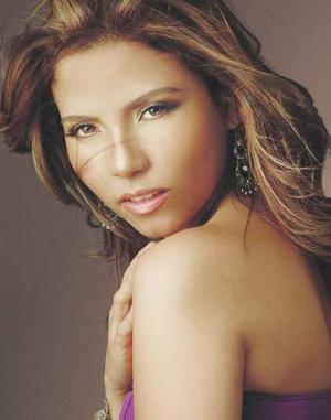 Srita Cristina Canales de Santiago, captada en una foto de estudio.