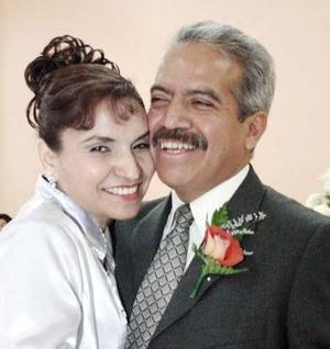 Hilda Santacruz Polendo e Jorge A. Parrilla Ruiz celebraron recientemente 25 años de casados, con bonito festejo acompañados por sus familiares.