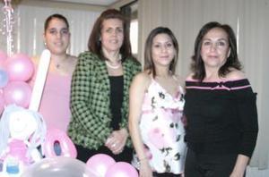 La festejada acompañada por las organizadoras del convivio, Tere Arrañaga, Rebeca de Cansiano y Thalía Cansiano.