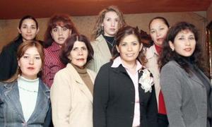 Gabriela Riesco Martínez acompañada por un gurpo de familiares y amigas, en el festejo pre nupcial que le organizaron por su próxima boda.