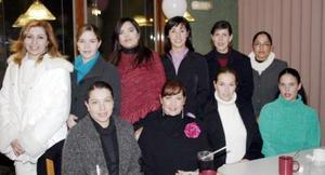 María Eugenia Meléndez de Ramos, acompañada por algunos de los asistentes a la fiesta de regalos que le ofreció María Boone de Meléndez .