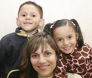 Lourdes Dorantes de Babún con sus hijos Astrid y Zahir, en reciente convivio.