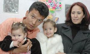 Kelia Josefina y Daniela Esther Durán Guzmán acompañadas por sus papás.