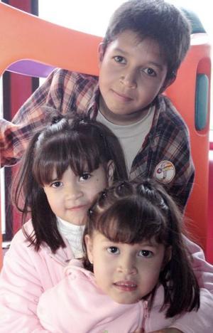 Ana sofía Aguilar Hernández junto a sus hermanitos Jospe Carlos y Frida.