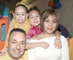 <b>13 de febrero de 2005</b> <p> Paulina González Corral, acompañada por sus papás, Javier González Dueñes y Mayra Corral de González y de su hermanita Luisa Fernanda .