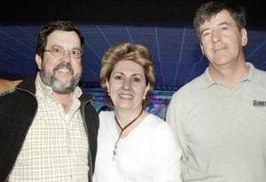 José e Irma Barbolla, acompañados de César Madero.