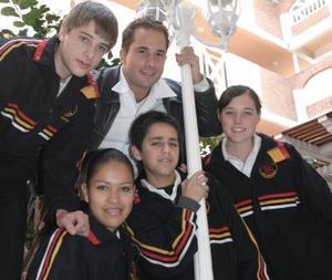 Marcos Martínez, Bárbara Bracho, Zayra Nava, Daniel Galván, acompañados por su profesor Kris.
