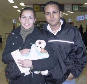 Ana Isabel Herrera viajó a Francia y fue despedida por Alejandro Rodríguez.