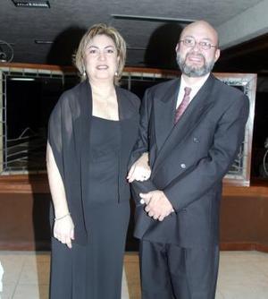 Los señores Roberto y Magdalena Guzmán.
