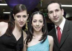 Loris Zarzar disfrutó de una fiesta con motivo de su cumpeaños acompañada por sus hermanos Daniel y Miriam.