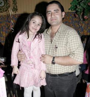 Myra Alejandra Serrato Muñoz festejó su cumpleaños, y está acompañada de su papá Ernesto Serrato.