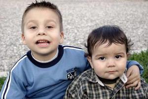 Flavio y Carlos Martínez, captados en reciente convivio infantil.